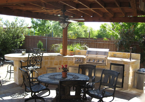 Backyard outdoor kitchens